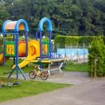 Speeltoestellen en zwembad op camping Renskers Winterswijk